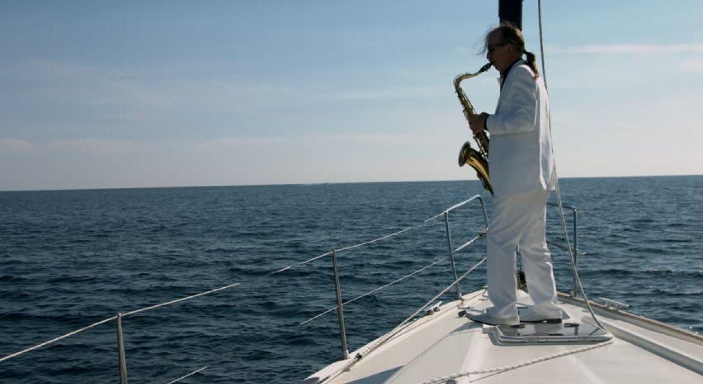 Саксофонист на яхте